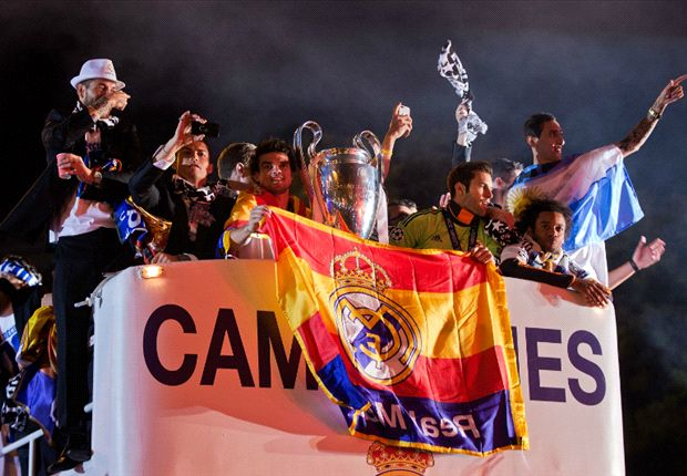 Sergio Ramos kissing the cup & Bale in awe of Real Madrid fans - Cibeles celebration in pictures