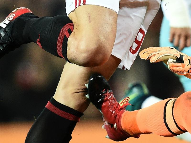 Intervento killer sul ginocchio di Ibrahimovic: Adrian nemmeno ammonito