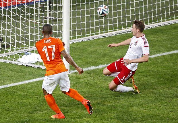 Lens in azione con la maglia dell'Olanda