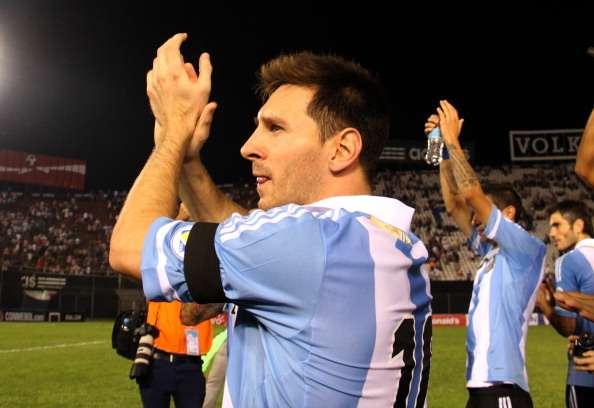 Leo Messi, el '10' de Argentina, saludando a la hinchada