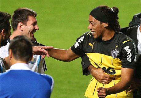 Messi gefopt door lookalike Ronaldinho