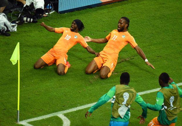 Gervinho en Droga vieren de 2-1 van Ivoorkust