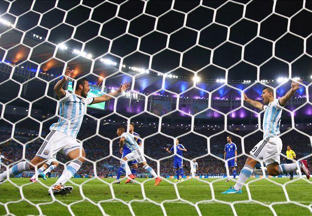 Garay y Agüero festejan el gol en contra de Kolasinac a los 3' del primer tiempo.