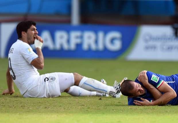 Luis Suárez se duele de los dientes tras morder a Chiellini