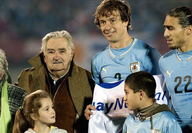 Mujica entregando el Pabellón Nacional a Lugano