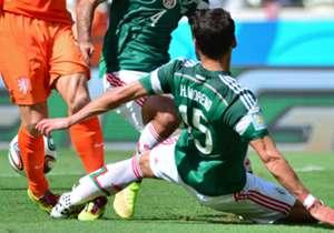 El mexicano cometió una falta sobre Robben que no se sancionó y, de paso, se lesionó la rodilla derecha
