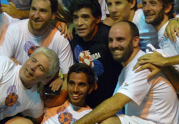 Abajo de Maradona, sonriente, demuestro que ésta es la mejor foto de mi vida