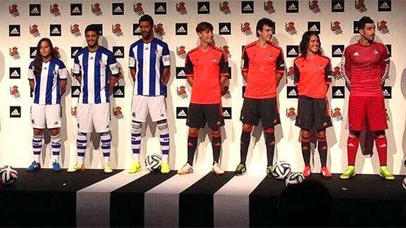 Carlos Vela 'modeló' el nuevo uniforme de la Real Sociedad