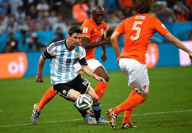 Messi intentó pero lo marcaron bien