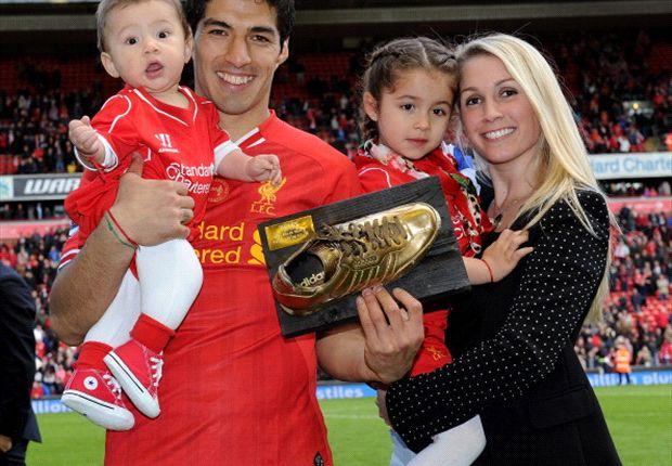 Luis Suárez junto a su esposa e hijos