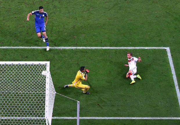 Ezequiel Garay, de gran Mundial, descuidó a Götze en el final. El error más caro.