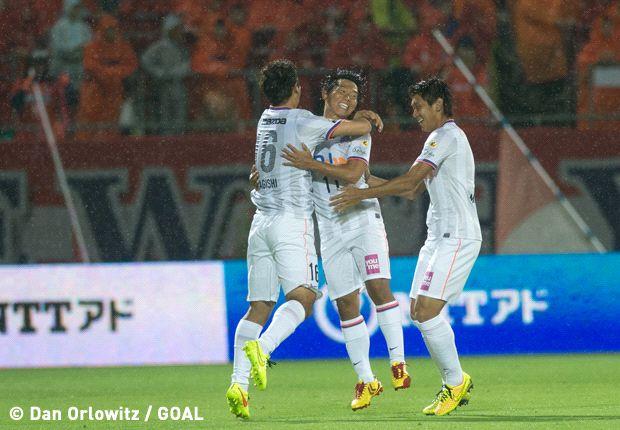 Para pemain Sanfrecce Hiroshima merayakan gol Hisato Sato