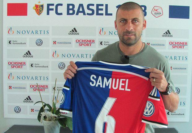Samuel posando con su nueva camiseta.