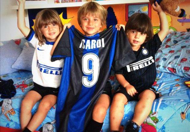 Constantino, Valentino y Bendicto, con las camisetas de Icardi.