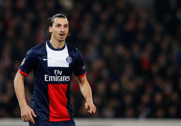 Ibrahimovic si tiene stretta la maglia del PSG.