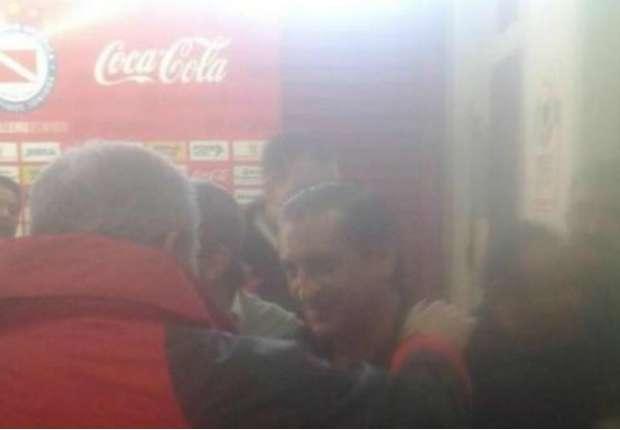 Ramón saluda a Borghi. Fue a ver el debut de Ledesma y, de paso, a Riquelme.