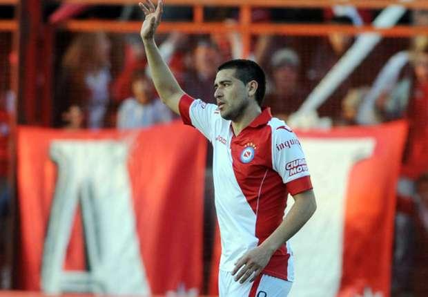 Riquelme debutó con gol y triunfo ante Boca Unidos.