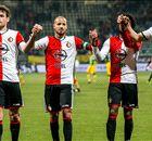VIDEO - Feyenoord-fans trotseren storm en 'juichen' voor Ajax