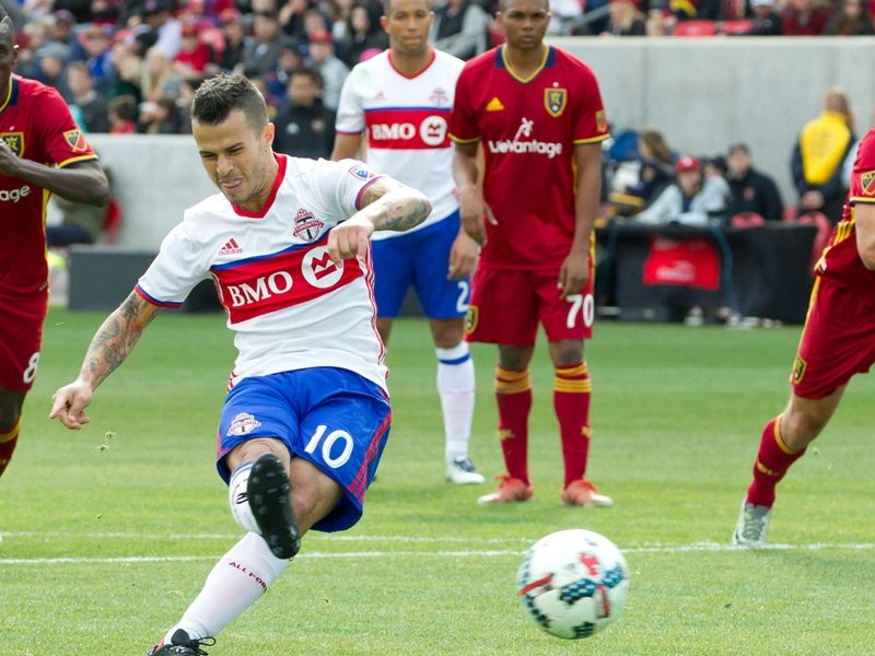 Giovinco limps off for Toronto FC after Onyewu tackle
