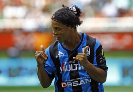 Ronaldinho scores in league debut