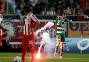 Ohne jede Menge Pyro geht es nicht, wenn in Griechenland die beiden erfolgreichsten Vereine Olympiakos und Panathinaikos die Klingen kreuzen.