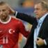 Rudi Völler hat Fatih Terim (r.) eingeladen, um mit ihm über die Vorfälle um Töre (l.) zu sprechen