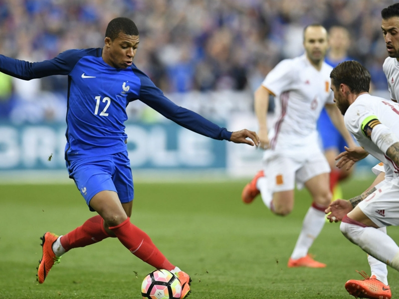 Kylian Mbappé doit-il être titulaire en équipe de France ?