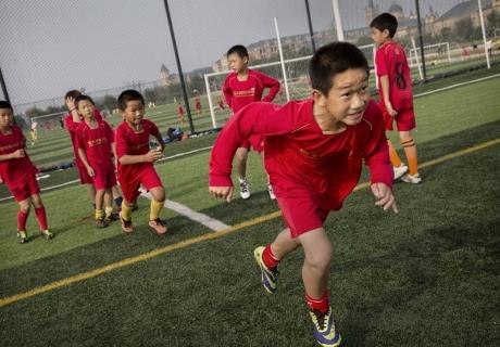 เพื่ออนาคต! จีนส่งทัพมังกรจิ๋วฝึกฝีเท้าแดนกระทิง