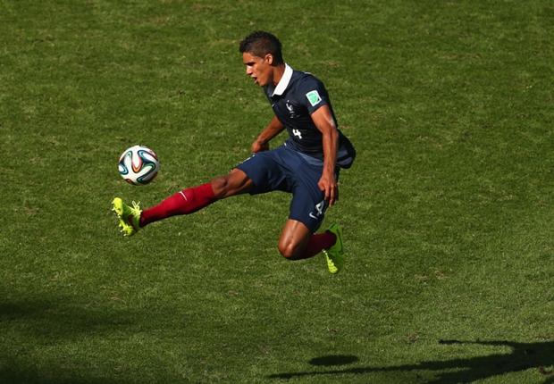 مدافع ريال مدريد يؤكد رفضه عرضًا اليونايتد