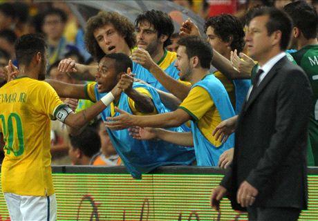 Neymar stands with Brazil legends