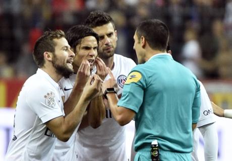 Maxwell: Cavani red card was wrong