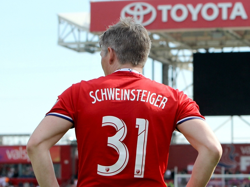 Schweinsteiger takes picture of unknowing fan with Fire players
