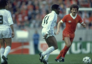 Graeme Souness tracks Laurie Cunningham as Liverpool and Real Madrid face off in the 1981 European Cup final at Parc des Princes
