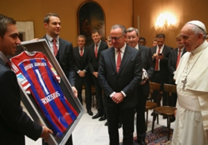 Kapitän Philipp Lahm und Manuel Neuer überreichen Papst Franziskus ein unterschriebenes FCB-Trikot - mit der Rückennummer 1 und dem Aufdruck