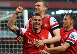 Lukas Podolski (vorne) feiert seinen Treffer mit Per Mertesacker (hinten) und Aaron Ramsey