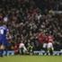 Dennis Bergkamp (baju biru) terbengong menyaksikan pemain Manchester United berselebrasi.