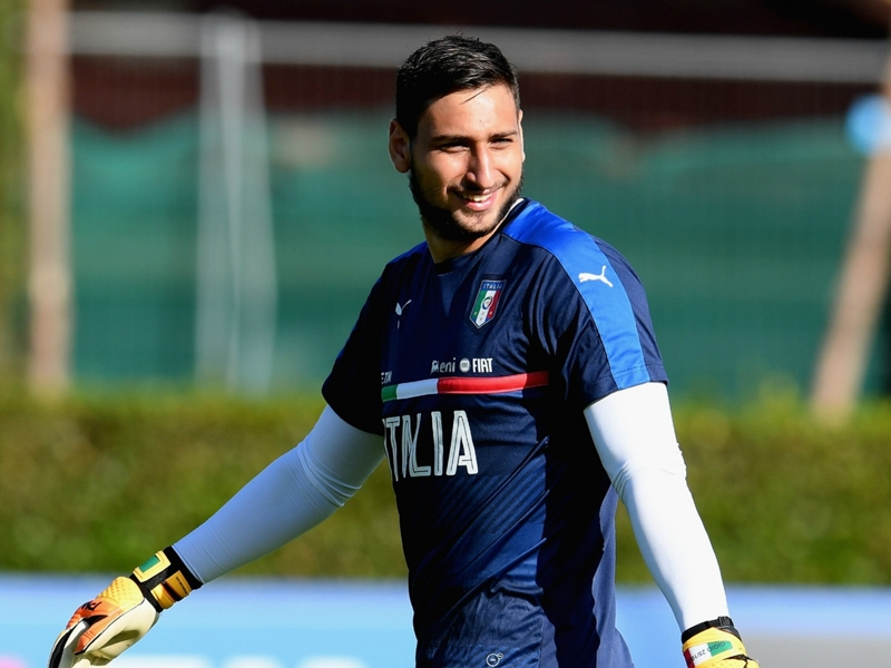 Italy fans shower Donnarumma in fake money after rejecting Milan contract