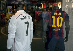 Las camisetas de CR7 y Messi para la venta.