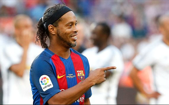 Ronaldinho destroys Man Utd legend