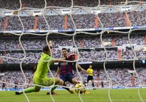 Momen di mana Lionel Messi nyaris mencetak gol. Menyambut umpan Luis Suarez, sontekan Messi berhasil dibelokkan Iker Casillas lewat sentuhan kecil di ujung jari pada bola.