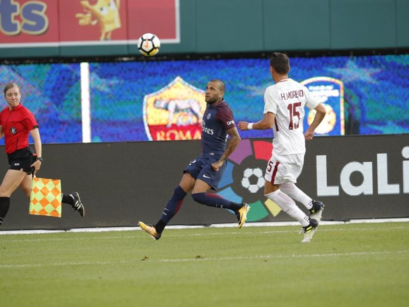 VIDEO - Le tacle de Dani Alves lors de PSG-Roma qui aurait pu coûter un pénalty
