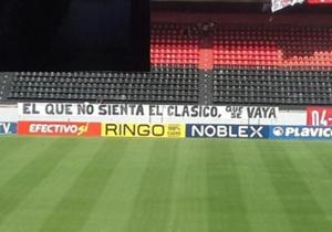 Una de las banderas que aparecieron en el Marcelo Bielsa. (@FrancoGhione)