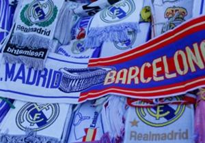Las bufandas conmemorativas del partido nunca faltan.