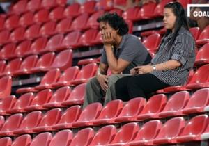 แฟนบอลทั้งสองท่านนี้อาจจะดูเซ็งๆ หลังทางทีพีแอลสั่งห้ามแฟนบอลสวมเสื้อทีมและห้ามตะโกนร้องเพลงเชียร์ทีมเมืองทองในสนาม