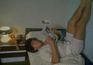 Un Diego muy joven descansa leyendo en una particular posición.