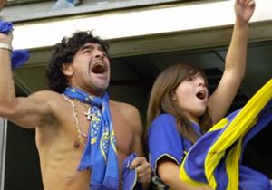 Diego Maradona enlève le haut dans les tribunes de La Bombonera en 2006.