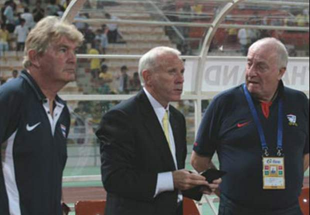 Darby (left) was assistant coach to Peter Reid (centre) when the latter took charge of Thailand in 2008
