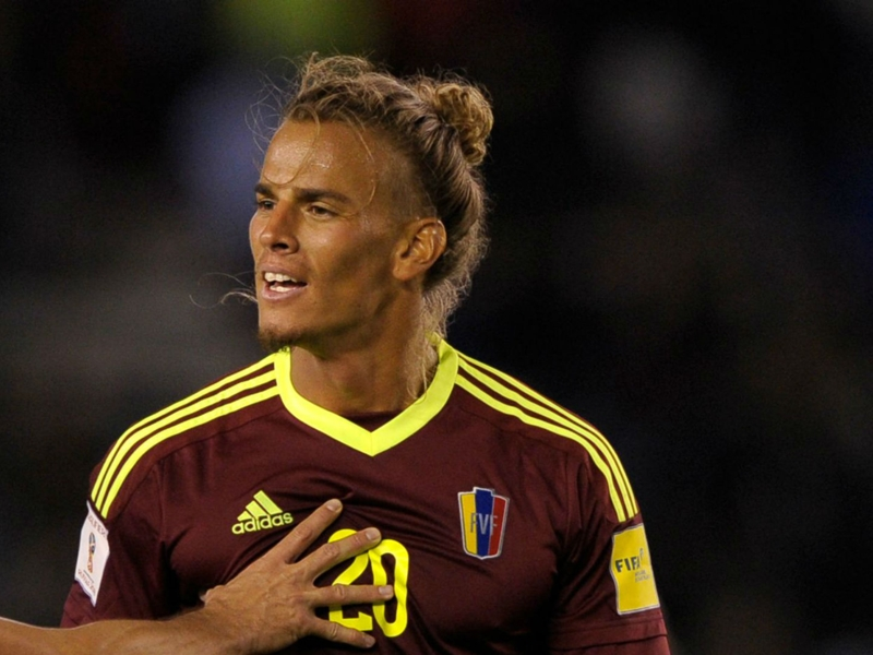 Galaxy sign Venezuela defender Feltscher