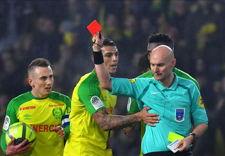 VIDEO: Referee kicks player before sending him off!