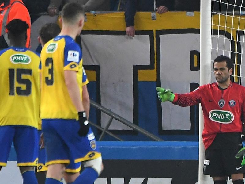 VIDEO: Dani Alves goes in goal after PSG keeper sent off